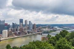 Skyline von Pittsburgh, Pennsylvania vom Berg Washington stockfotos