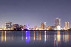 Skyline von Ras al Khaimah nachts Stockfotografie