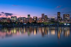 Skyline von Rio de Janeiro City Downtown durch Dämmerung lizenzfreies stockfoto