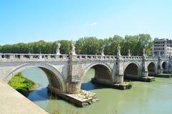 Skyline von Rom, Tevere-Fluss brücken Stockfotografie