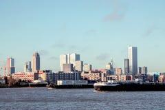 Skyline von Rotterdam und von Booten auf dem Fluss Maas Stockfotografie
