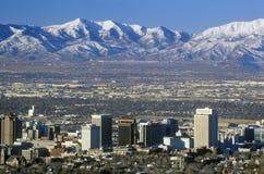 Skyline von Salt Lake City, UT mit Schnee bedeckten Wasatch-Berge im Hintergrund mit einer Kappe Stockfotografie