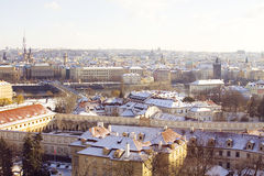 Skyline von schneebedecktem Prag an einem sonnigen Tag Stockfoto
