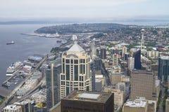 Skyline von Seattle- und Raum-Nadel ragen von Kolumbien-Mitte I hoch lizenzfreie stockfotos