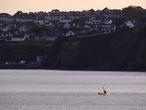 Skyline von Tramore, Irland, mit einem Kanu im Vordergrund Stockfotos
