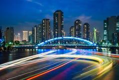 Skyline von tsukishima in Tokyo nachts lizenzfreie stockfotos