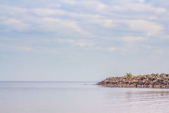 Skyline zum Meer Lizenzfreie Stockfotografie