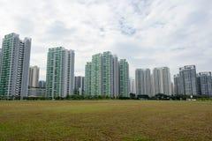 Skylineansicht des Kondominiums, der Gräser und des blauen Himmels Stockfoto