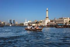 Skylineansicht von Dubai Creek mit traditionellem Boot Stockbilder