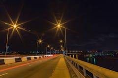 Skylineansicht von Lekki, wie von Ikoyi-Hängebrücke Lagos Nigeria nachts gesehen lizenzfreie stockfotos