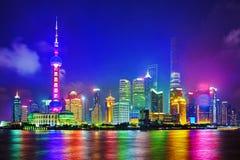 Skylinenachtansicht über neuen Bereich Pudongs, Shanghai Lizenzfreie Stockfotografie