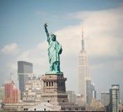 Skylinepanorama New York City, USA mit Freiheitsstatuen Stockbild
