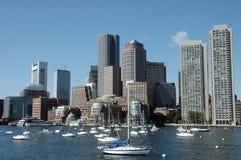 Skylines de Boston tomadas do rio de Charles 1 Imagens de Stock