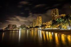 Skylines de honolulu ao lado de Waikiki em Havaí Fotos de Stock Royalty Free