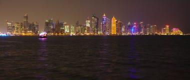 Skyllie di Doha con l'immagine dell'emiro Immagine Stock