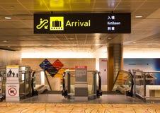 Skylt av ankomsten i flygplatsen Arkivbilder