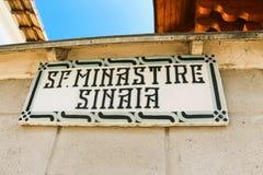 Skylt av den Sinaia kloster royaltyfri fotografi
