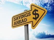 Skylt för besparingar framåt arkivfoto