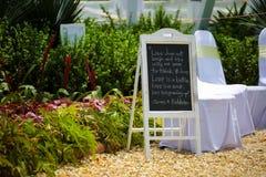 Skylt på en utomhus- bröllophändelse Fotografering för Bildbyråer
