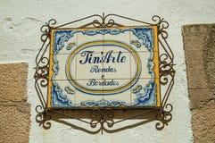 Skylt som göras av keramiska tegelplattor med järngarnering royaltyfri foto