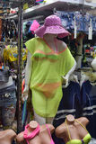Skyltdocka i en baddräkt- och strandklänning Arkivbild