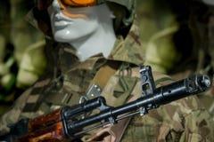 Skyltdocka i soldat för militär likformig i en hjälm Arkivfoton