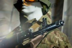 Skyltdocka i soldat för militär likformig i en hjälm Royaltyfri Bild