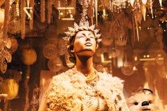 Skyltdocka och julpynt i shoppingfönstret av bruna Thomas Dublin Royaltyfria Bilder