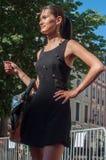 Skyltdocka som går med den svarta klänningen på modeshowen i Mulhouse Arkivfoto