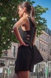 Skyltdocka som går med den svarta klänningen på modeshowen i Mulhouse Royaltyfri Bild