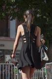 Skyltdocka som går med den svarta klänningen på modeshowen i Mulhouse Royaltyfri Foto