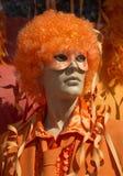 Skyltdockaman i den orange halloween dräkten Fotografering för Bildbyråer
