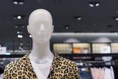 Skyltdockaman med sommarkläder Manlig skyltdocka i en boutique royaltyfri foto