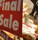 skyltdockamelancholicen shoppar fönstret Arkivfoto