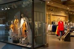 Skyltdockan i lagret annonserar kläder royaltyfria foton