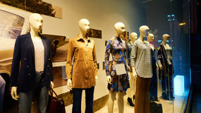 Skyltdockan i mode shoppar fönsterlagerskärm Arkivfoto