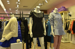 Skyltdockor för höstvintermode i modekläder shoppar royaltyfria bilder