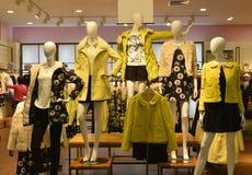 Skyltdockor för höstvintermode i modekläder shoppar arkivbild