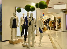 Skyltdockor för höstvintermode och gräsplanbollar i galleria för modekläder, uttryckt av grönt och sunt liv royaltyfri fotografi