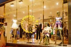 Skyltdockor i mode shoppar fönstret Royaltyfri Foto