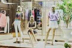 Skyltdockor i mode shoppar fönstret royaltyfri bild