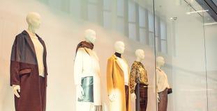 Skyltdockor i mode shoppar skyltfönstret inom av gallerian Kvinnlig tillfällig stil Slapp fokus Brett baner Selektivt fokusera ko arkivfoto