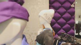 Skyltdockor i shoppar iklädd moderiktig märkes- kläder för fönstret stock video