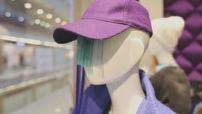Skyltdockor i shoppar iklädd moderiktig märkes- kläder för fönstret lager videofilmer