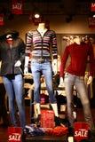 Skyltdockor med modern vinterkläddetaljhandel shoppar Arkivbild
