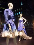 Skyltdockor modellerar The Latest Trend, Saks Fifth Avenue, NYC, NY, USA arkivbilder