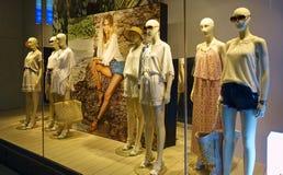 Skyltdockor shoppar in skyltfönstret Royaltyfria Foton