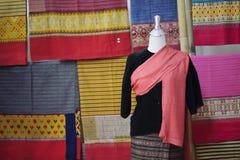 Skyltdockor visar den bärande hand-vävde siden- klänningen arkivfoton