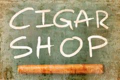Skylten av cigarren shoppar överlappning med den texturerade gamla väggen Arkivbilder