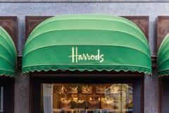 Skyltfönster av Harrods i London royaltyfria foton